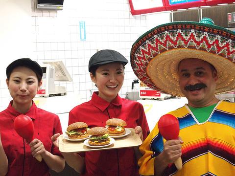 サルサバーガーを宣伝するメキシコ人とマッククルー