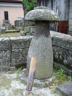 酒の形した墓石