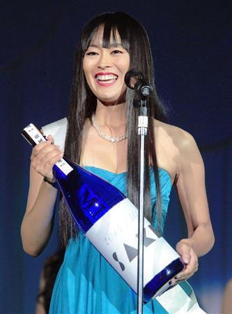 「2014 ミス日本酒」に選ばれ喜びを語る森田真衣さん