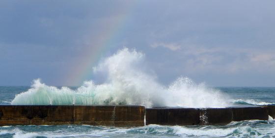 虹と波飛沫
