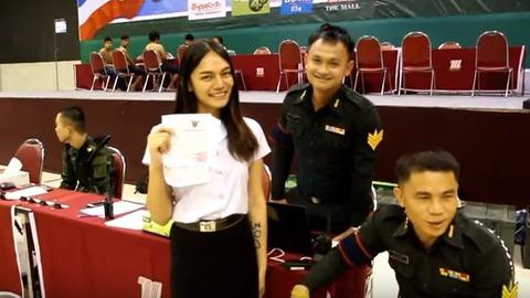 タイ軍徴兵検査を受けるニューハーフ