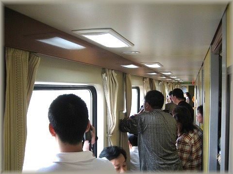 乗客はカメラを構えて