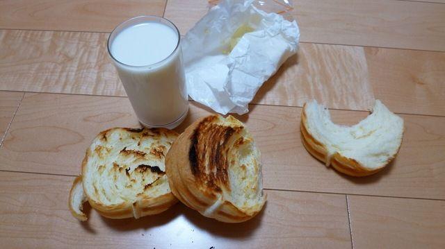 前日に専門店で買っておいた美味しそうなパンを軽くトーストして、コップ一杯のミルクと食べるだけ なにも足さない、なにも引かないシンプルイズベスト