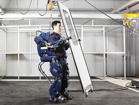 160516hyundai_exoskeleton2