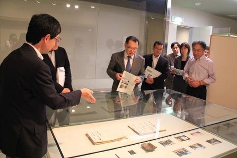 青柳教授(左)から説明を受ける山中事務次官(中央)