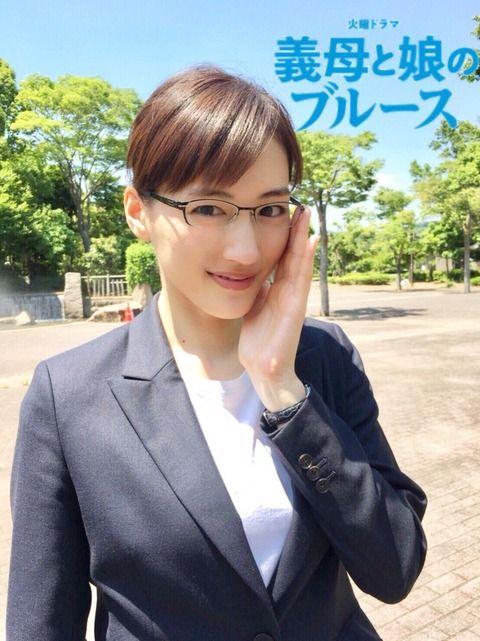 """綾瀬はるか、スーツ姿でメガネ""""クイッ"""" 新ドラマショットに反響"""