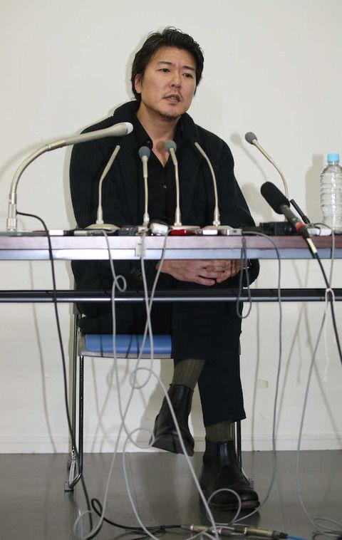 黒ずくめの服装でドカッと座り、報道陣に「すげぇな」…小泉と奥さんは話しているか?には答えず