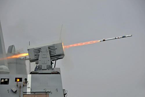 1280px-USS_New_Orleans_(LPD-18)_launches_RIM-116_missile_2013
