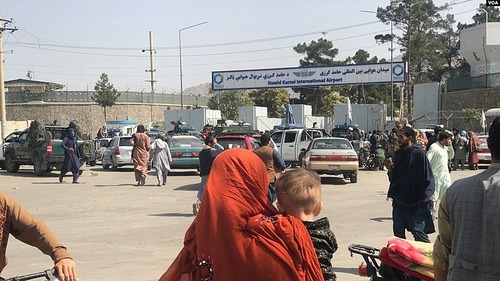 Crowds_in_front_of_Kabul_International_Airport