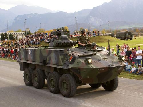 1024px-Rad_Pz_8x8_-_Schweizer_Armee_-_Steel_Parade_2006