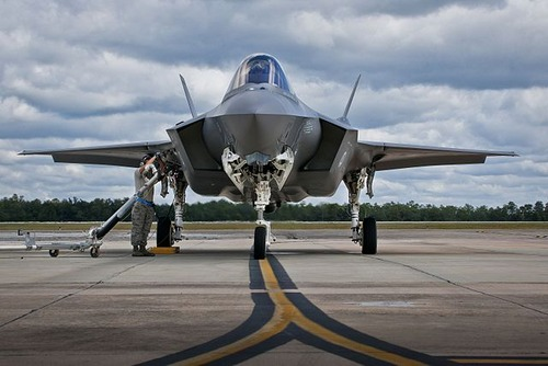 Refueling_the_F-35_(15226535150)