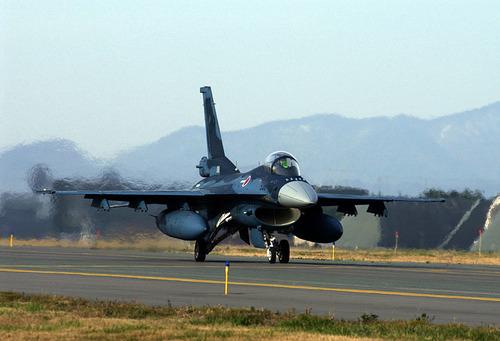 800px-F-2A_(506)_of_3_Sqn_taxis_at_Misawa_Air_Base