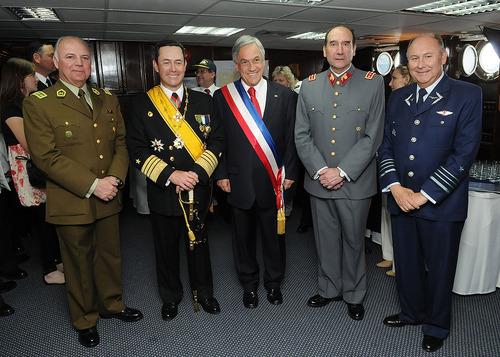1024px-Comandantes_de_las_FF_AA_y_Carabineros_con_Piñera