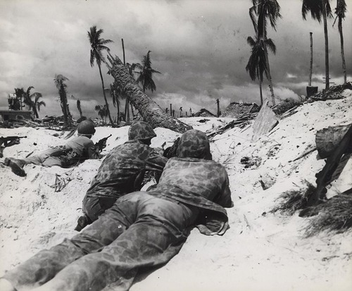 Marines_Advance_on_Japanese_Pill_Boxes,_Tarawa,_November_1943
