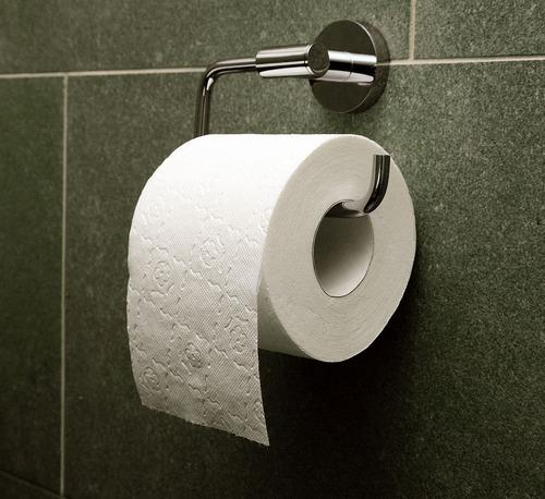 1117px-Toilet_paper_orientation_over