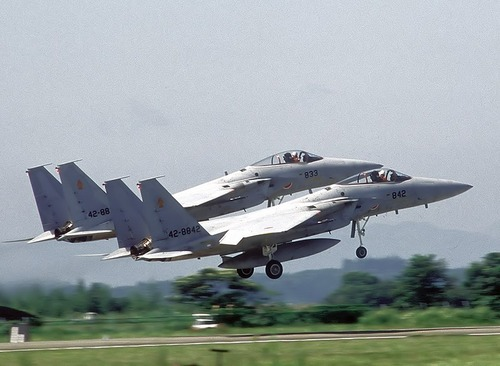 800px-Two_JASDF_F-15J_take_off_in_formation