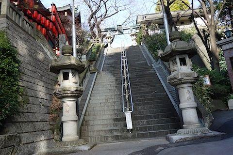 $尾山泰永の漫画生活-亀岡八幡宮の階段
