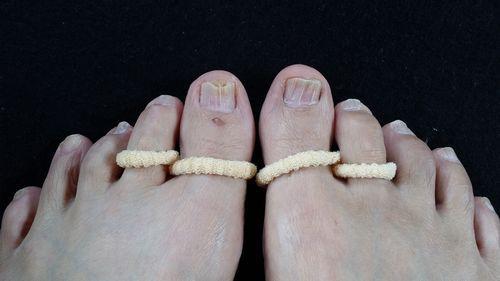 足の指に「姿楽∞(しらく メビウス)」