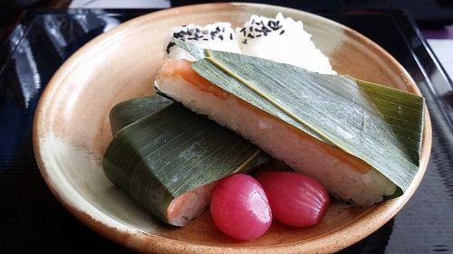 食事には名産のます寿司