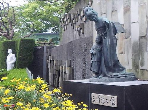 三浦環像・プッチーニ像