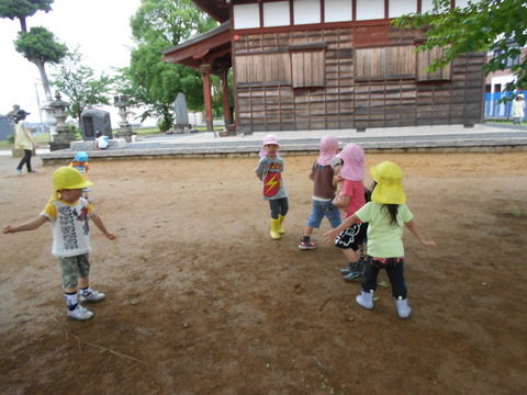 神社で遊ぶ