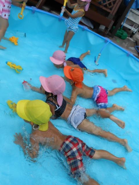 幼児水遊び泳ぐ