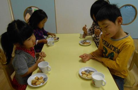 幼児クッキーを食べる3
