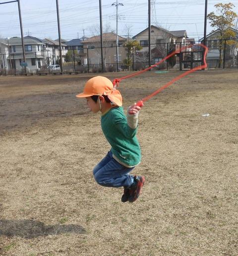 縄跳びを高く飛ぶ