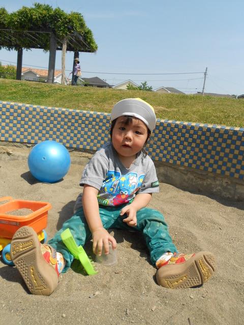 1歳児るかくん砂場