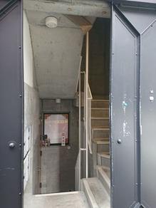 ビルの左側に階段入口