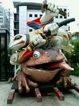 よく分からないカエルの像