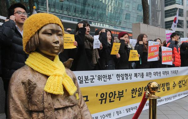 韓国政府「慰安婦像に適切な対応を取る、という合意は、言うまでもなく撤去しないことを意味する」← ???