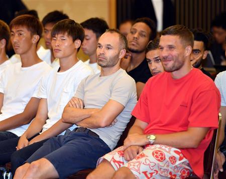 【 画像 】超異例!神戸の監督交代会見に選手も参加!ポドルスキ笑いすぎwww