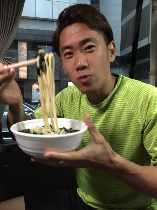 【画像】トークショー5分前にうどんを頬張る香川真司wwww