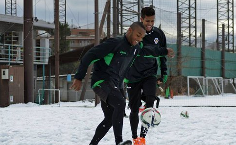 【画像】日本で雪上サッカーを楽しむブラジル人選手!楽しそうww