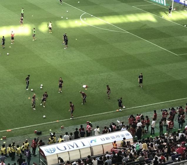 試合前、ボール回しするイニエスタにカメラマンやファンが群がる