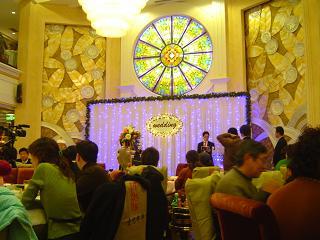 エダ結婚式にてスピーチ中の相澤