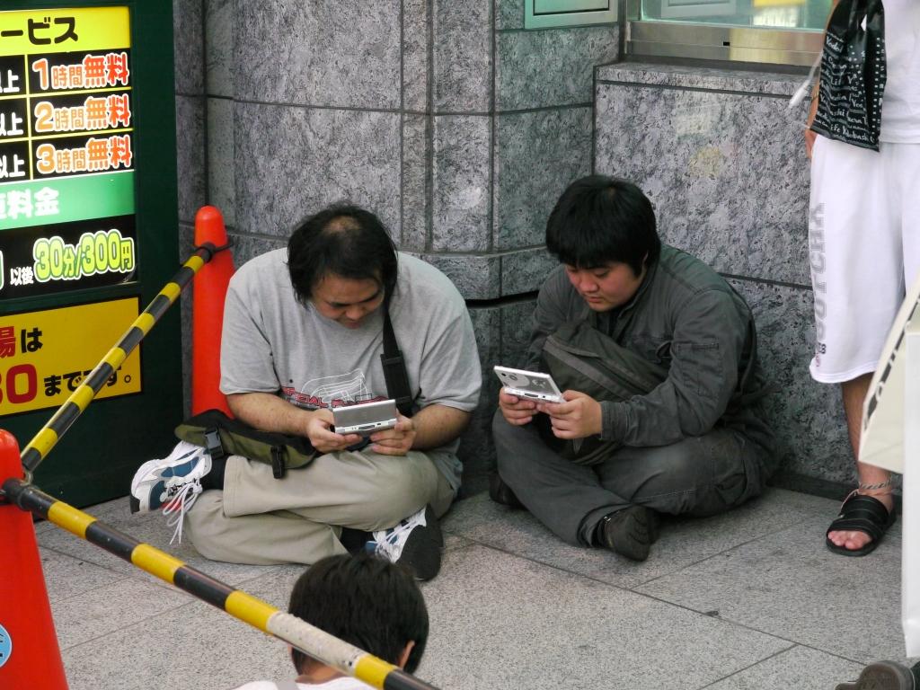 秋葉原ヨドバシ前で3DSをプレイしていた男性 ツイッターで盗撮される