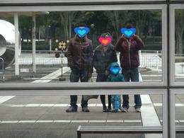 建物に写ったへんな家族