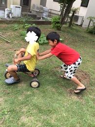 三年生が三輪車