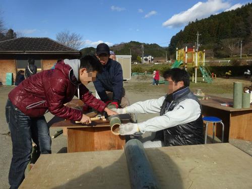 竹ポックリ作り中