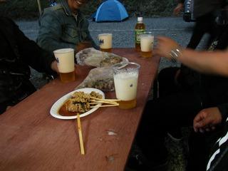 ハーレーの宴会と泡の多い生ビール