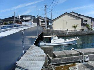 旋回橋と小船