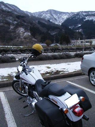 ハーレーダビッドソンと雪の山