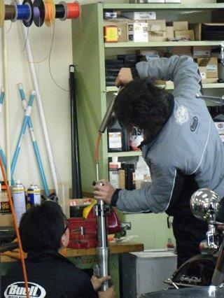 ハーレーのフォークオイル油面測定