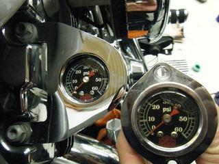 ハーレーの油圧計新旧