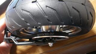 ハーレーソフテイルのスイングアームにリヤホイールとドライブベルト取り付け
