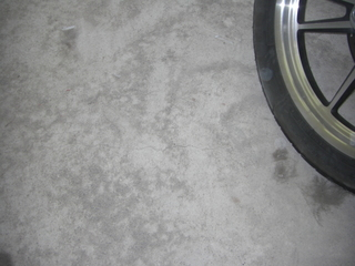 ハーレーダビッドソンのガレージのコンクリ劣化
