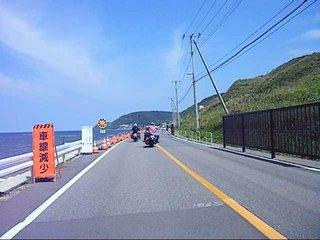 ハーレーと海沿いの道