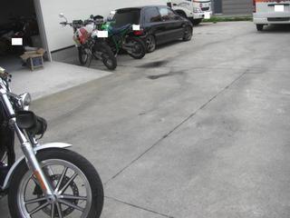 ハーレーダビッドソンの駐車場の汚れ